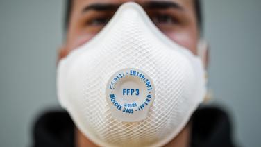 Ein Mann mit einer Atemschutzmaske der Kategorie FFP3. © dpa Foto: Christoph Schmidt