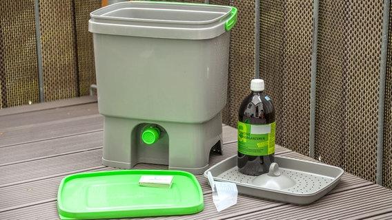 Gut Ein Bokashi Set Bestehend Aus Einem Eimer Und Einer Flasche Mit EM Lösung  Foto