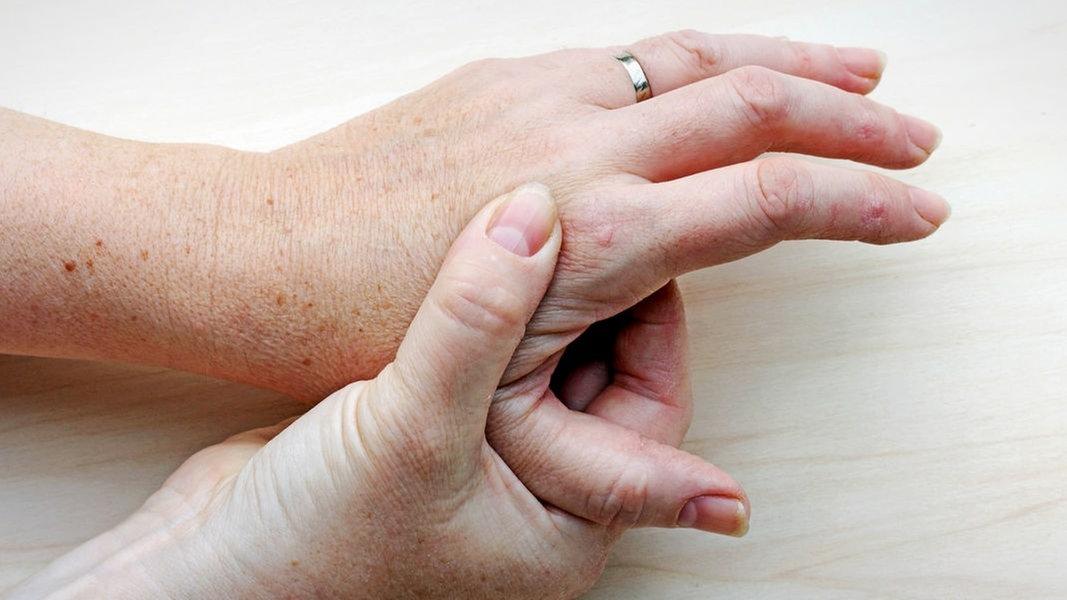 Schmerzen in der Hand: Das kann sie verursachen