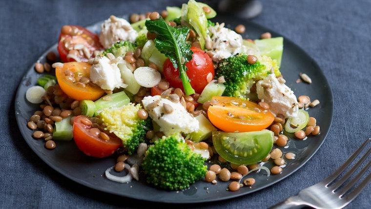 Ein Teller Brokkoli-Linsen-Salat steht auf einem Tisch. © NDR Foto: Claudia Timmann