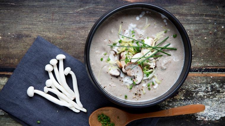 Eine Schüssel Champignon-Lauch-Suppe und Pilze liegen auf einem Tisch. © NDR Foto: Claudia Timmann