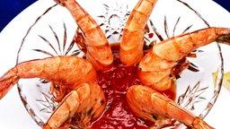 Garnelen mit Chili-Dip in einer Glasschale. © PhotoDisc