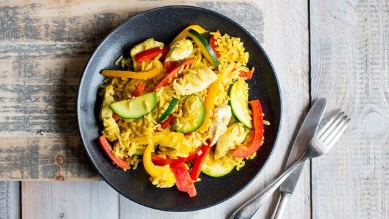 "Rezept ""Gemüse-Reis-Pfanne mit Hähnchen"" | NDR.de - Ratgeber - Kochen"