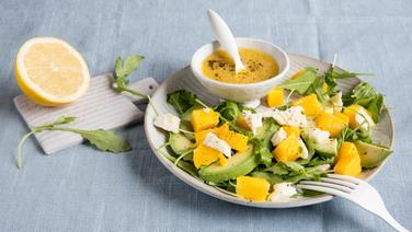 Salat mit avocado und mango