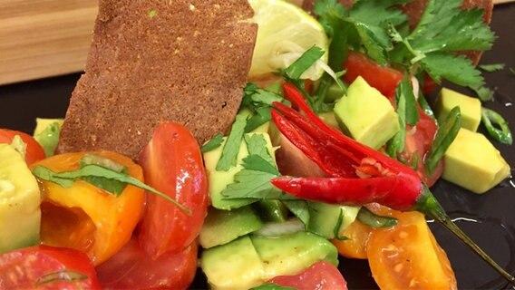 Ein Salat aus bunten Kirschtomaten, Avocadowürfeln und Koriander in Nahaufnahme © ndr.de Foto: Lars Degner