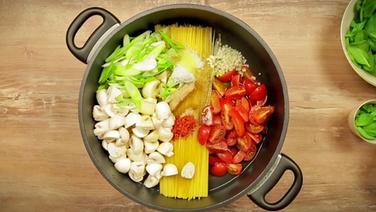 rezept pasta mit fr hlingsgem se aus einem topf ratgeber kochen. Black Bedroom Furniture Sets. Home Design Ideas