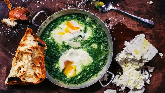 Grüne Shakshuka (Gemüse mit pochierten Eiern)