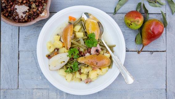 Birnen, Bohnen und Speck auf einem Teller. © NDR Foto: Claudia Timmann