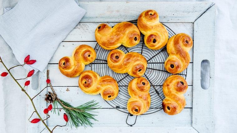 Hefeschnecken mit Rosinen liegen auf einem Kuchengitter © NDR Fotograf: Claudia Timmann