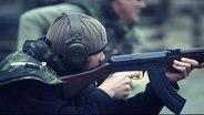 Videoszene: Söldner zielt mit Sturmgewehr (Bild: Activision/Vice)