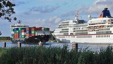 Passagierschiff und Containerschiff begegnen sich auf dem Nord-Ostsee-Kanal © Touristische Arbeitsgemeinschaft NOK