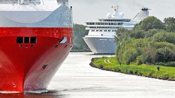 Zwei große Passagierschiffe auf dem Nord-Ostsee-Kanal © WSA Kiel-Holtenau
