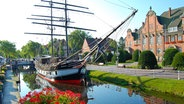 "Das Museumsschiff Brigg ""Friederike"" vor dem Rathaus in Papenburg © Papenburg Marketing"