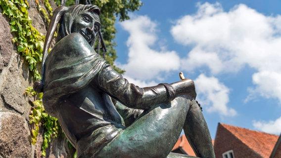 Till-Eulenspiegel-Figur aus Bronze auf dem Eulenspiegelbrunnen in Mölln. © imago images Foto: Peter Schickert