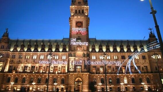Hamburger Rathaus Leuchtet Zum Uni Jubilaum Ndr De Nachrichten