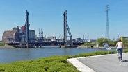 Radweg am Reiherstiegknie mit Blick auf die Rethe-Klappbrücke und Rethe-Hubbrücke in Hamburg-Wilhelmsburg. © NDR Foto: Irene Altenmüller