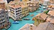 Boote und Gondeln auf dem Canale Grande im Venedig-Abschnitt des Miniatur Wunderlandes in Hamburg © NDR Fotograf: Irene Altenmüller