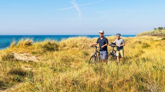 Zwei Radfahrer an der Ostseeküste bei Graal-Müritz. © TMV Foto: Andreas Süß