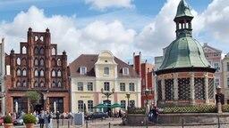 Der Marktplatz von Wismar mit der Wasserkunst © Tourismuszentrale Wismar Fotograf: Volster gbr