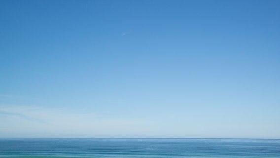 Ein Blick auf ein ruhiges Meer mit blauem Himmel und gerader Horizontlinie. ©  photocase.de Foto: Seleneos