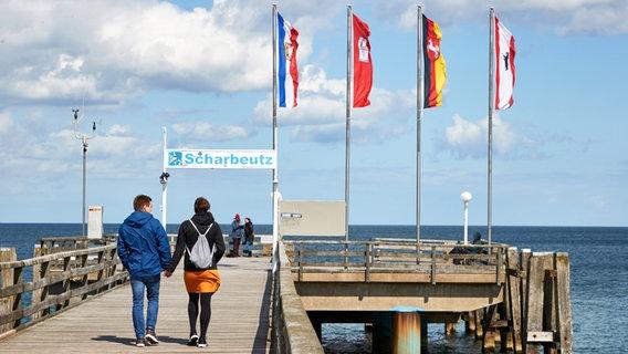 Besucher auf der Seebrücke von Scharbeutz im Mai 2021. © dpa / picture alliance Foto: Georg Wendt