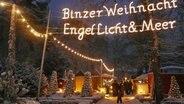 """Eine Leuchtschrift """"Engel, Licht & Meer"""" am Eingang zum Weihnachtsmarkt im Kurpark von Binz. © Kurverwaltung Ostseebad Binz"""