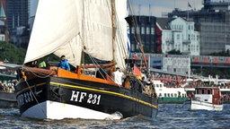 """Der Hochseekutter """"Landrath Küster"""" der Stiftung Hamburg Maritim vor der Kulisse des Hamburger Hafens. © Stiftung Hamburg Maritim / Michael Schwartz"""
