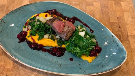 """Rezept """"Rehrücken mit Grünkohl-Birnen-Gemüse, Kürbis und Kirschen""""   NDR.de - Ratgeber - Kochen"""