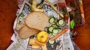 Weggeworfene Lebensmittel in einer Mülltonne © picture alliance / dpa Foto: Frank May