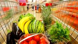 Einkaufswagen mit Obst und Gemüse gefüllt © Fotolia Foto: Sven Grundmann