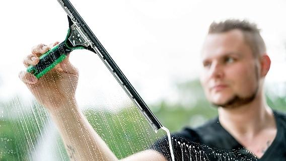 Fenster putzen: Spüli sorgt für saubere Scheiben | NDR.de - Ratgeber ...