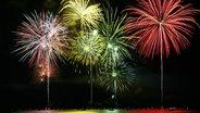 Buntes Feuerwerk über einem See. © fotolia Foto: Sherri Camp