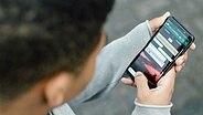 Ein Junge hält ein Smartphone in den Händen. © klicksafe/Marcel Kusch