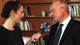 Thomas Schreiber im Gespräch mit Alina Stiegler beim Botschaftsempfang in Stockholm.