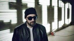 Der deutsche Rapper Sido vor seinem Namenszug aus Neonlichtbuchstaben. © Universal Music