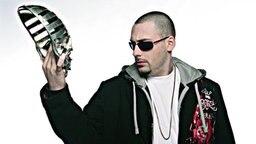 Der Rapper Sido schaut auf die Maske in seiner Hand. © Universal Music Foto: Florian Wörner