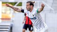 Dennis Diekmeier vom SV Sandhausen bejubelt sein Tor zum 1:0 beim SV Wehen Wiesbaden © picture alliance/Ronald Wittek/epa-POOL/dpa