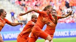 Anouk Dekker (Niederlande, v.) jubelt mit ihren Mitspielerinnen.