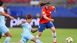 Die Thailänderin Ainon Phancha (M.) in Aktion gegen Rosario Balmaceda (r.) aus Chile.