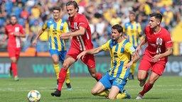 Braunschweigs Nick Proschwitz (2.v.r.) wird von den Rostockern Kai Bülow (l.) und Nico Rieble gestoppt.