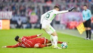 Bremens Maximilian Eggestein (r.) im Zweikampf mit James Rodriguez vom FC Bayern München. © Witters Fotograf: Lennart Preiss