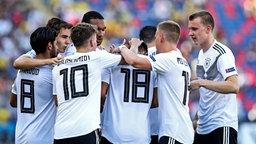 Torjubel bei den deutschen U21-Nationalspielern beim Sieg gegen Rumänien. © imago images / Insidefoto