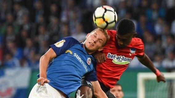 Fußball: Hertha-Cupspiel in Rostock nach Randalen unterbrochen