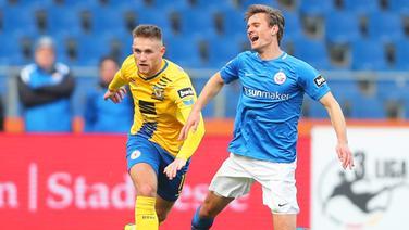 Braunschweigs Leandro Putaro (l.) und Rostocks Kai Bülow | imago/Hübner