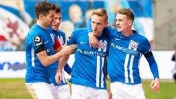 Rostocks Nils Butzen (2.v.r.) und seine Kollegen bejubeln einen Treffer.