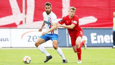 Rostocks Adam Straith (l.) und Zwickaus Elias Huth im Einsatz | imago images / Picture Point