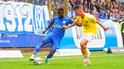 Meppens Morgan Faßbender (l.) und Saarbrückens Pius Krätschmer kämpfen um den Ball.