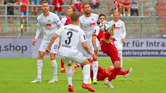 Felix Heigl dari Osnabrück, Florian Kleinhansel, Mark Haider dan Vanol Berdijk dari Würzburg (dari kiri) berebut bola.  © IMAGO / foto2press