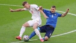 Der Spanien Dani Olmo (l.) wird von Italiens Marco Verratti attackiert © imago images/Sportimage Foto: David Klein