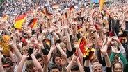 Deutsche Fans feiern in Hannover beim Public Viewing © dpa